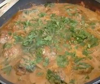 Indiai vacsor�ra? F�szeres h�sgomb�cok curry m�rt�sban - vide�