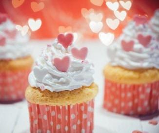 V�r�s b�rsony torta, cupcake �s fond� - szuper desszertek Valentin-napra