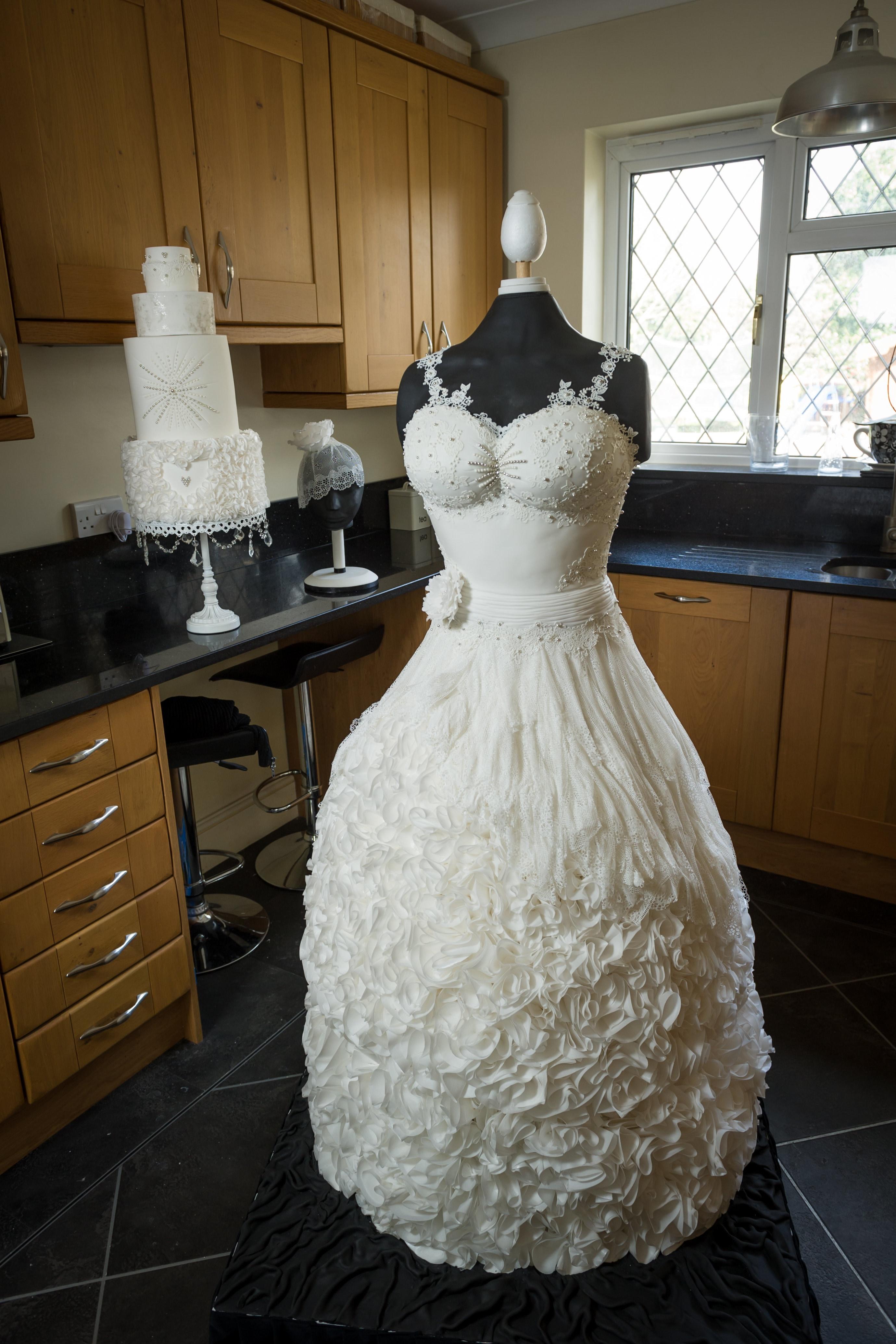 menyasszonyi torta képek Ilyet még nem láttál! Menyasszonyi ruha formájú esküvői torta  menyasszonyi torta képek