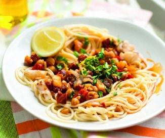 Pik�ns kolb�szos-csicseribors�s spagetti