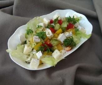 Sz�nes vitaminsal�ta camembert sajttal