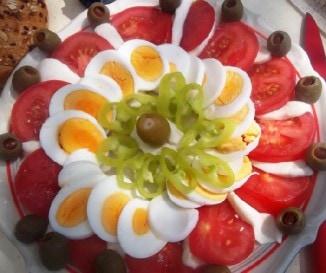 Mozzarell�s paradicsomsal�ta toj�ssal
