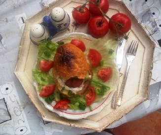 Zseml�ben s�lt fokhagym�s camembert sal�ta�gyon
