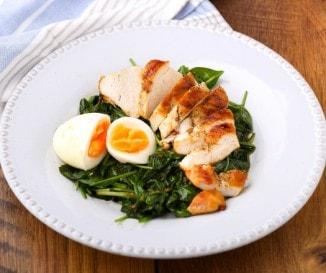 Sült csirkemell spenóttal és tojással