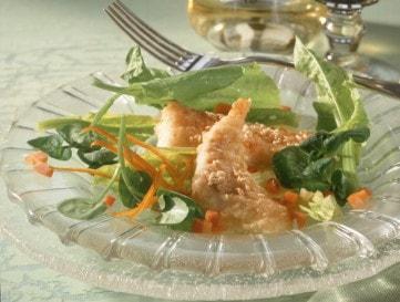 Szezámmagos halfalatok salátaágyon