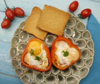 Paprikakorongban sült tükörtojás: látványos, mégis egyszerű reggeli - videó!