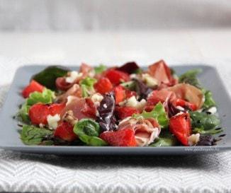 Eper-kecskesajt-sonka saláta