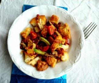 Csirkés gyümölcssaláta fokhagymás házi krutonnal (panzanella)
